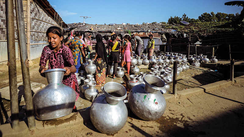 Rohingya Refugees collect water